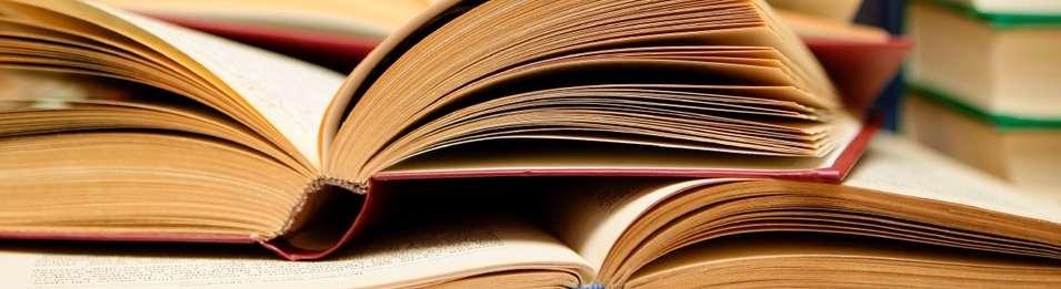 Uppslagna böcker på ett bord